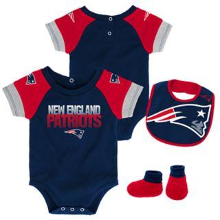Baby New EnglandPatriots 50 Yard Dash Bodysuit, Bib & Booties Set