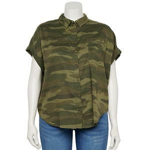 Juniors' Plus Size SO® Short Sleeve Shirttail Camp Shirt